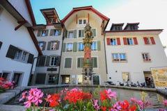 Kvadrera med en springbrunn i Aarau, Schweiz arkivbild