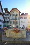 Kvadrera med en springbrunn i Aarau, Schweiz Arkivfoto