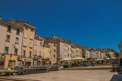 Kvadrera med färgrika byggnader och restaurangparaplyet i Aix-en-provence Arkivbilder