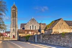 Kvadrera med kyrkan i den Portumna townen Fotografering för Bildbyråer