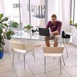 Kvadrera skottet av ett upptaget arbete för affärsman på hans skrivbord Arkivfoto