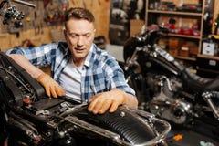 Kvalificerad lokal mekaniker som är stolt av hans arbete Arkivbilder