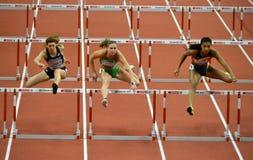 Kvalifikationlopp för häckar för kvinna` s 60m Royaltyfri Foto