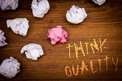 Kvalitet för funderare för ordhandstiltext Affärsidé för att tänka av lyckade idéer för innovativa värdefulla lösningar Royaltyfria Bilder
