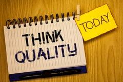 Kvalitet för funderare för ordhandstiltext Affärsidé för att tänka av lyckade idéer för innovativa värdefulla lösningar Royaltyfri Fotografi