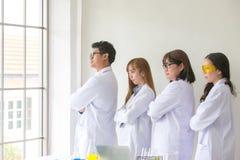 Kvalitet för provning för vetenskapsprovkemist vetenskaplig Team Scientist royaltyfri bild