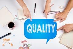 Kvalitet marknadsföringsplan Mötet på den vita kontorstabellen Royaltyfri Foto