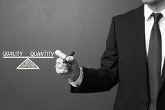 Kvalitet och antalet för handstil för affärsman - balansera begreppet Arkivfoto