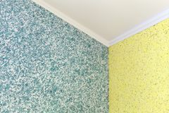 Kvalitets- övergång från blått till den gula vätsketapeten i hörnet av rummet royaltyfri foto