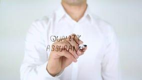 Kvalitets- försäkring, manhandstil på exponeringsglas arkivbilder