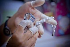 Kvalitets- kontroll för smycken Fotografering för Bildbyråer