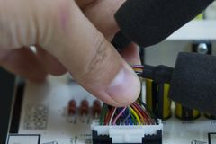 Kvalitets- kontroll och enheten av SMT skrivev ut delar på strömkretsbräde fotografering för bildbyråer