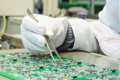 Kvalitets- kontroll och enheten SMT skrivev ut delar på PCB Royaltyfria Bilder