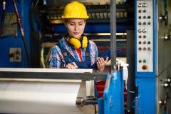 Kvalitets- kontroll på den moderna fabriken fotografering för bildbyråer