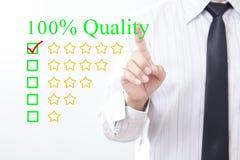 Kvalitets- meddelande för affärsmanklickbegrepp 100%, guld- stjärna fem Arkivbild