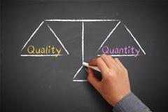 Kvalitets- och antalsjämvikt arkivfoton