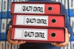 Kvalitets- ord för kontrollbegrepp framförd mappbild för begrepp 3d Ring Binders adm Arkivfoto