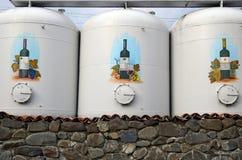 Kvareli, 3 Georgië-Maart, 2015: Drie grote reservoirs met wijn op Kinzmarauli-Bedrijf in Kvareli georgië Stock Afbeelding