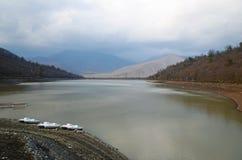 Kvareli jezioro w chmurzącym dniu w wczesnej wiośnie Obrazy Stock