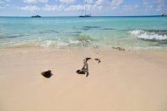 Kvarlämnade What's, ett rep lämnade för att ruttna i sanden på en tropisk strand arkivbilder