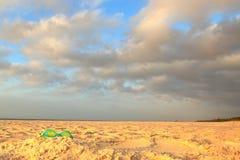 Kvarlämnat, efter en dag på stranden har varit, rullar med ögonen ett par av barn Royaltyfria Foton