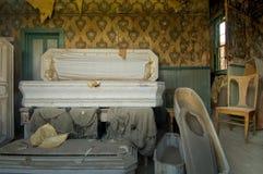 Kvarlevor av en begravningsentreprenöraffär i spökstaden, Bodie, CA royaltyfri bild