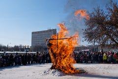 Kvarlevor av en bränd fågelskrämma på den slaviska ferien för vinter royaltyfri fotografi