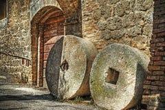Kvarnstenar i San Gimignano Arkivfoton