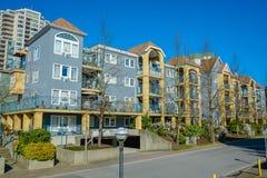 Kvarter av bostads- byggnader på gatan Arkivfoto
