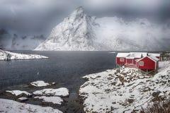 Kvarter av hus av den Hamnoy byn på Lofoten öar royaltyfria foton