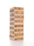 Kvarter av modig jenga på vit bakgrund Vertikalt torn som är helt och i lek Träkvarter i bunt med diagram siffra på Arkivbilder