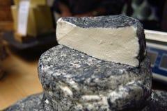 Kvarter av ost som staplas på marknaden Arkivfoton