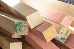 Kvarter av trä med fläckar från målarfärg i lägenhet under under-renovering som omdanar Royaltyfri Foto