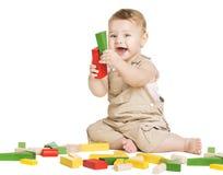 Kvarter för ungelekleksaker, barn som spelar leksaken på vit Fotografering för Bildbyråer