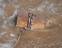 Kvarter på rep i vatten Arkivfoto