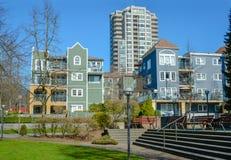 Kvarteret av bostads- byggnader med litet parkerar zon framme Arkivfoto