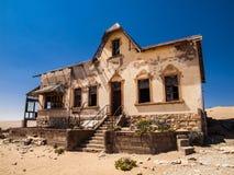 Kvartermästares hus i den Kolmanskop spökstaden Fotografering för Bildbyråer