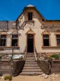 Kvartermästares hus i den Kolmanskop spökstaden Arkivbild