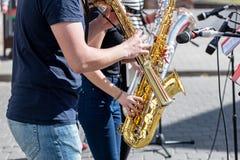 Kvartett av musiker med saxofoner som utför under musiken Royaltyfri Bild