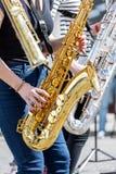 Kvartett av unga musiker som spelar saxofoner under gataperforman Royaltyfri Bild