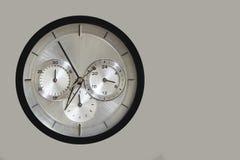 Kvartsklocka med chronographen på grå bakgrund royaltyfri foto