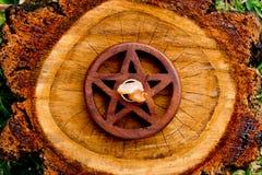 Kvartskristall i mitten av träpentaclen - pentagram på klippt t Royaltyfri Foto