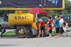 Kvas d'achat de personnes d'un baril jaune sur la rue dans Slutsk Image libre de droits