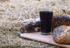 Kvas et pain sur un conseil en bois Photographie stock libre de droits