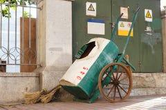 Kvast och vagn på sidework för rengöringsmedel Fotografering för Bildbyråer