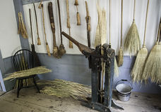 Kvastdanande shoppar på böndernas museum Arkivfoto
