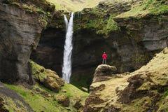 Kvernufoss vattenfall i den pittoreska klyftan av Island arkivfoto