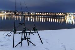 Kverulera snurrrullen som metar stänger i vinternatt Nattfiske Royaltyfri Fotografi