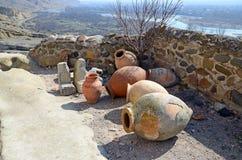 Kvevri - antyczni gliniani naczynia dla wina w jamy mieście Uplistsikhe, Gruzja Obrazy Stock