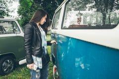 Kvinnaöppningsdörr av skåpbilen arkivbilder